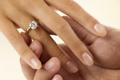 如何选择钻石的成色